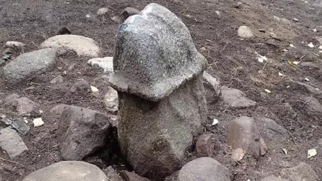 Batu Berbentuk Penis Sepanjang 53 Cm Ditemukan di Swedia