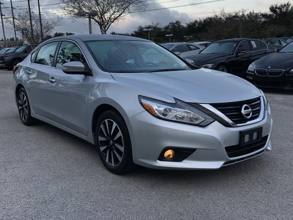 Nissan Altima Sedan Ditarik Karena Kesalahan Pada Kap Mesin